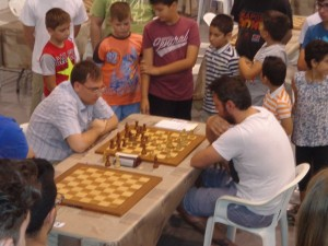 The Russian GM Alexander Kharitonov, first in the rating list of Ikaros 2016, plays a friendly game with the Ikarian chess player Giorgos Teskos